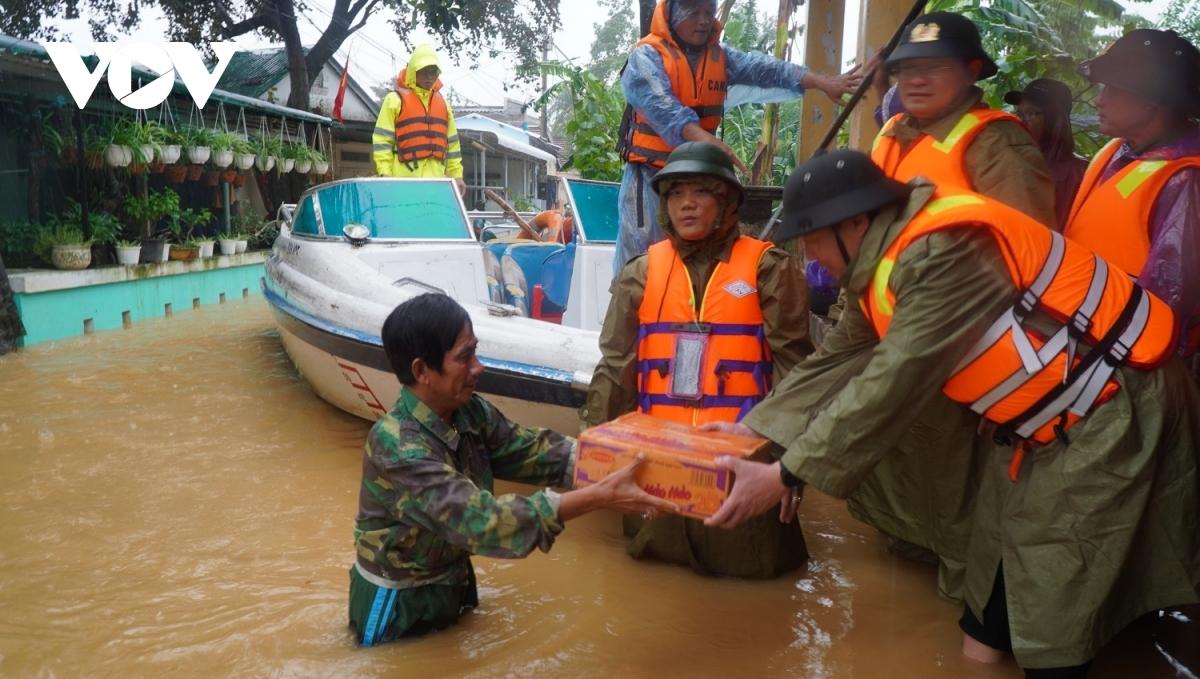 Lực lượng công an cứu trợ mì tôm cho dân vùng lũ. (Ảnh minh họa)