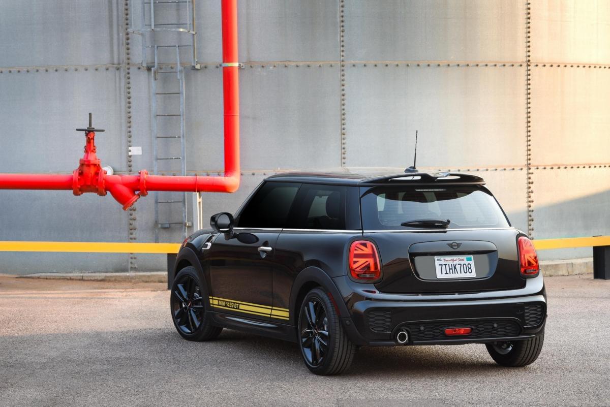 Mini Cooper 2021 sử dụng động cơ 3 xy-lanh, dung tích 1.5 lít với sức mạnh cực đại đại 134 mã lực và mô-men xoắn 219 Nm. Sức mạnh sẽ được truyền đến bánh xe thông qua hộp số sàn 6 cấp hoặc tùy chọn hộp số tự động 7 cấp, nhờ đó xe có thể đạt vận tốc 100 km/h trong 7,5 giây.