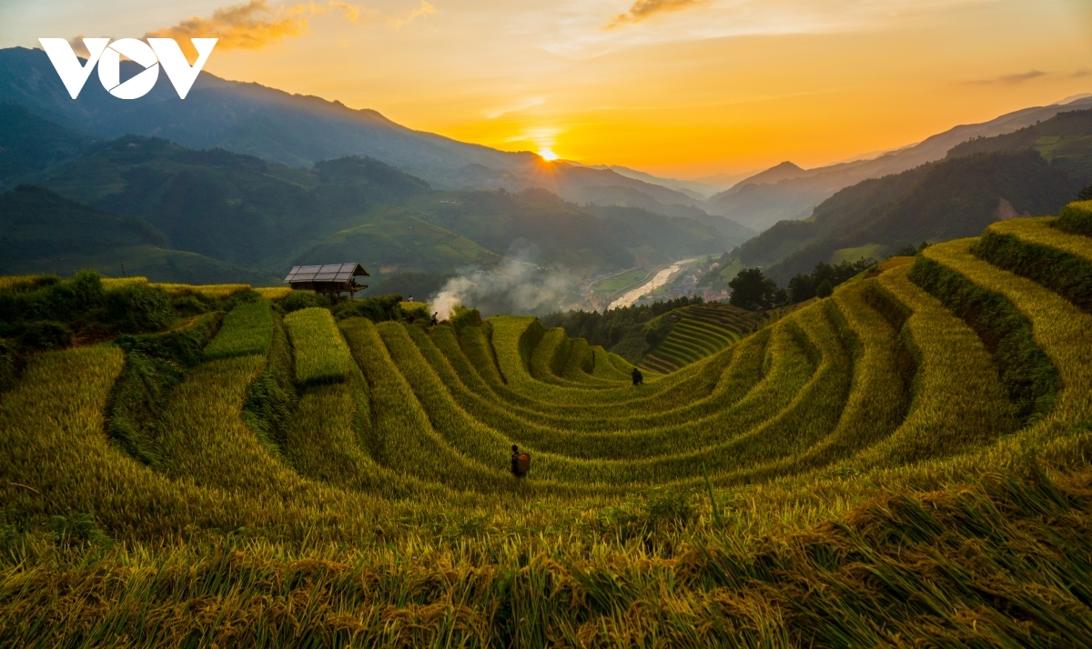 A beautiful sunset is snapped in the mountainous district of Mu Cang Chai, Yen Bai province.