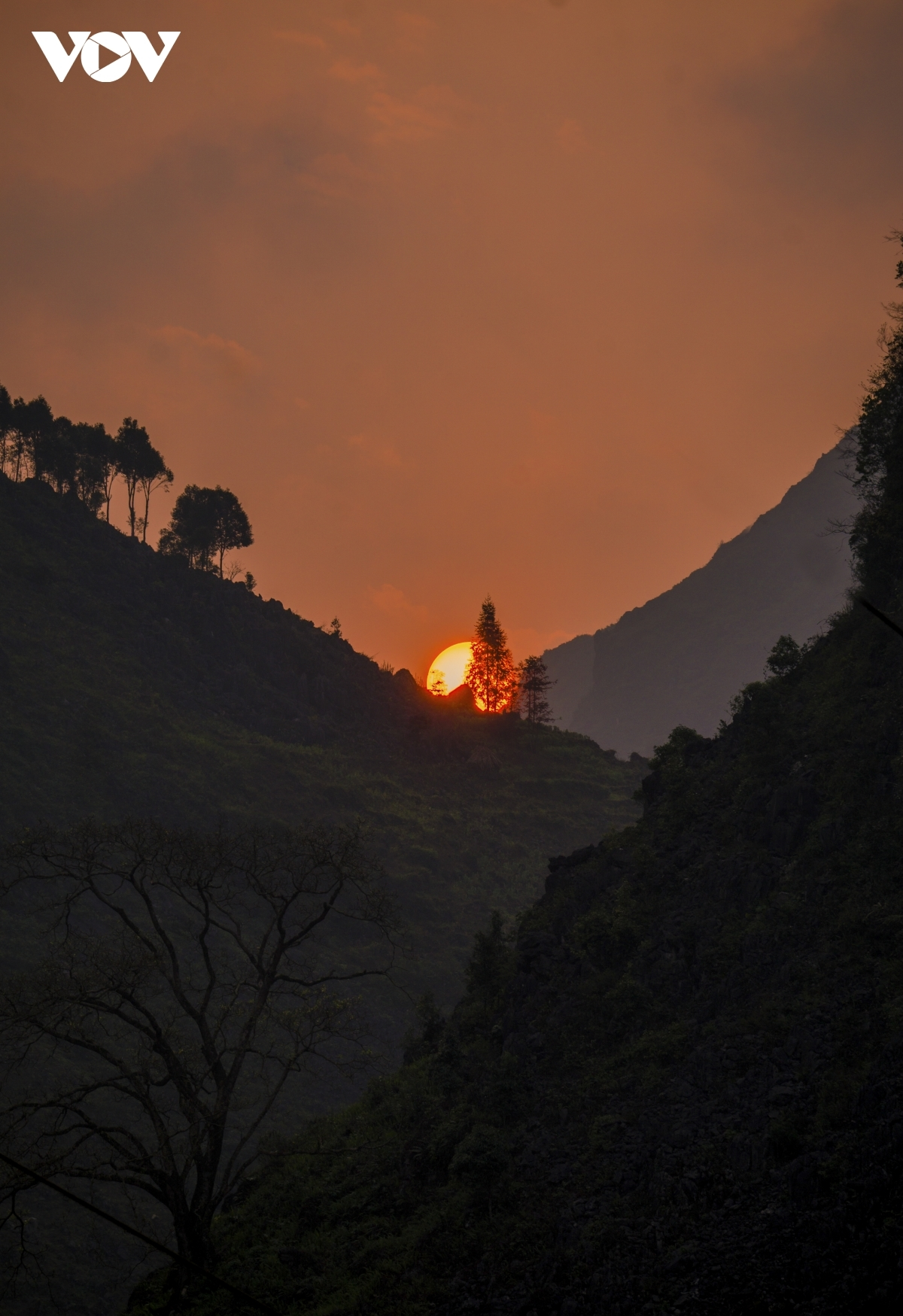 The sun falls behind the valleys of the Ma Pi Leng pass on Dong Van plateau, Ha Giang province.
