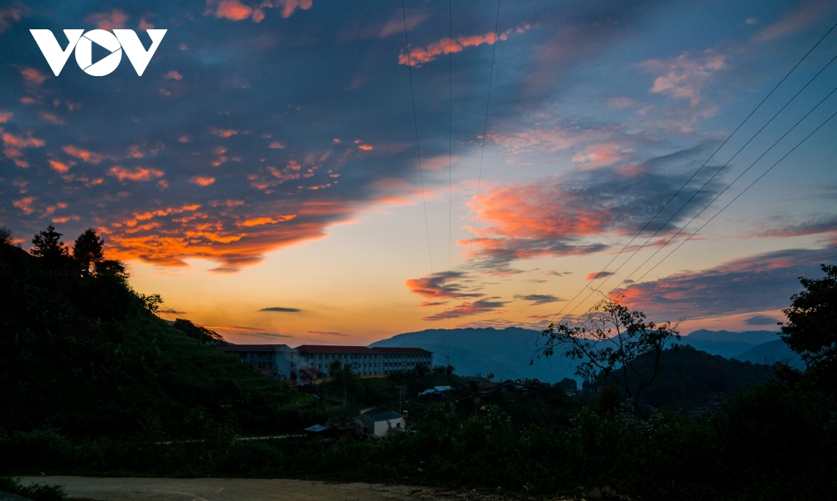 Viewing the charming sunset of Muong Te district in Lai Chau province proves to be a memorable experience.