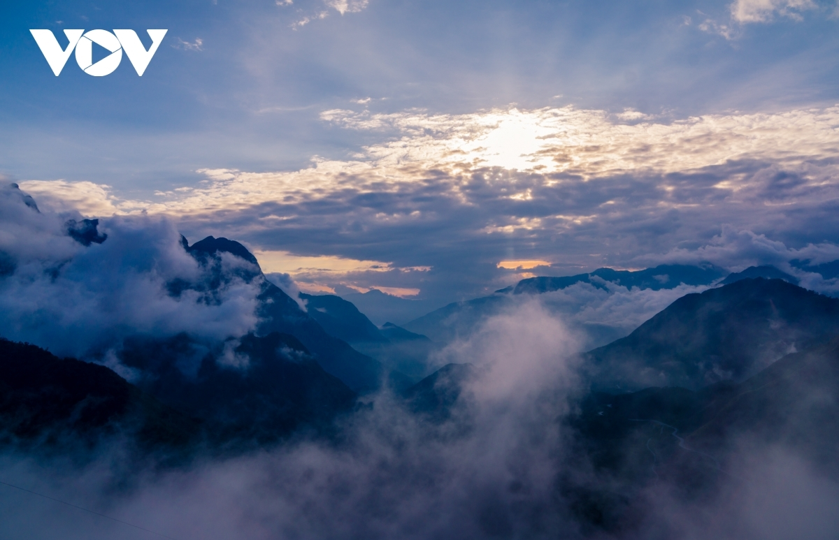 A photographer captures an impressive perspective of the O Quy Ho pass.