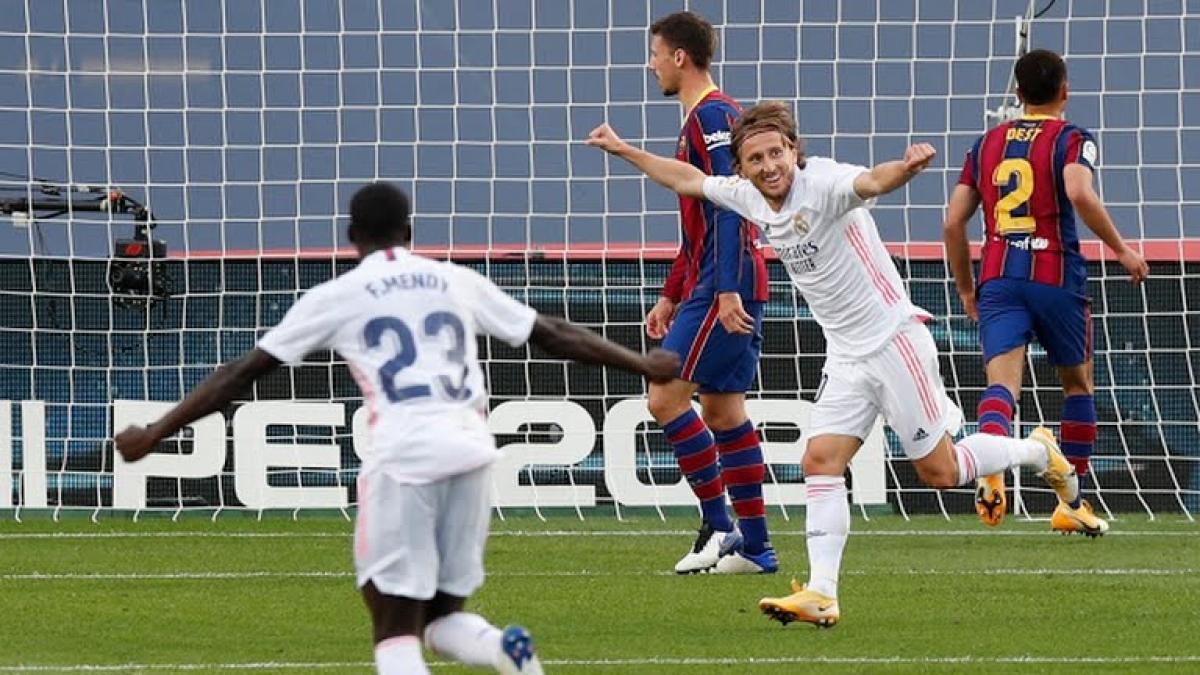 Modric ăn mừng bàn thắng vào lưới Barca (Ảnh: Reuters).