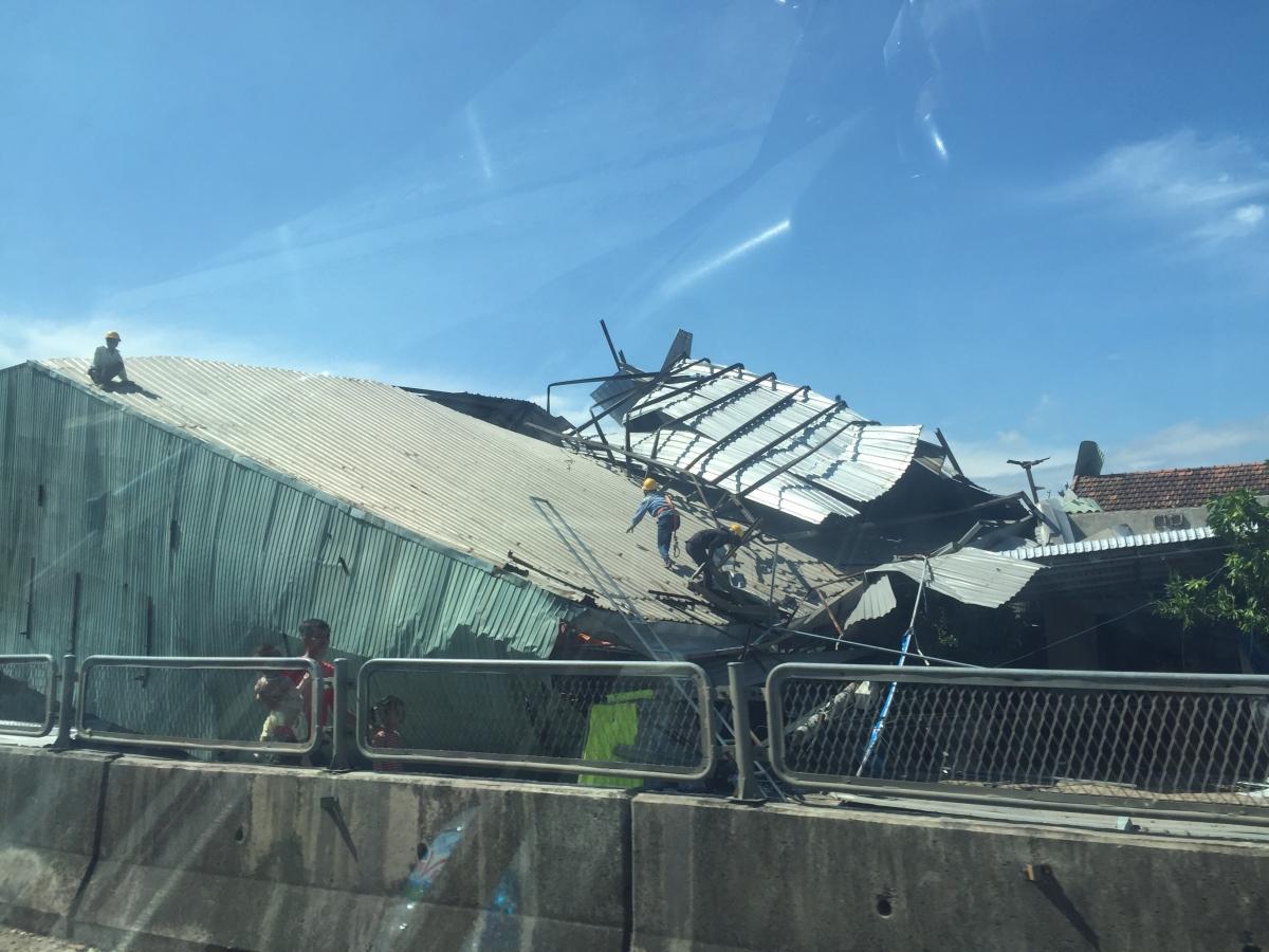 Một nhà xưởng mái tôn bị tốc mái.