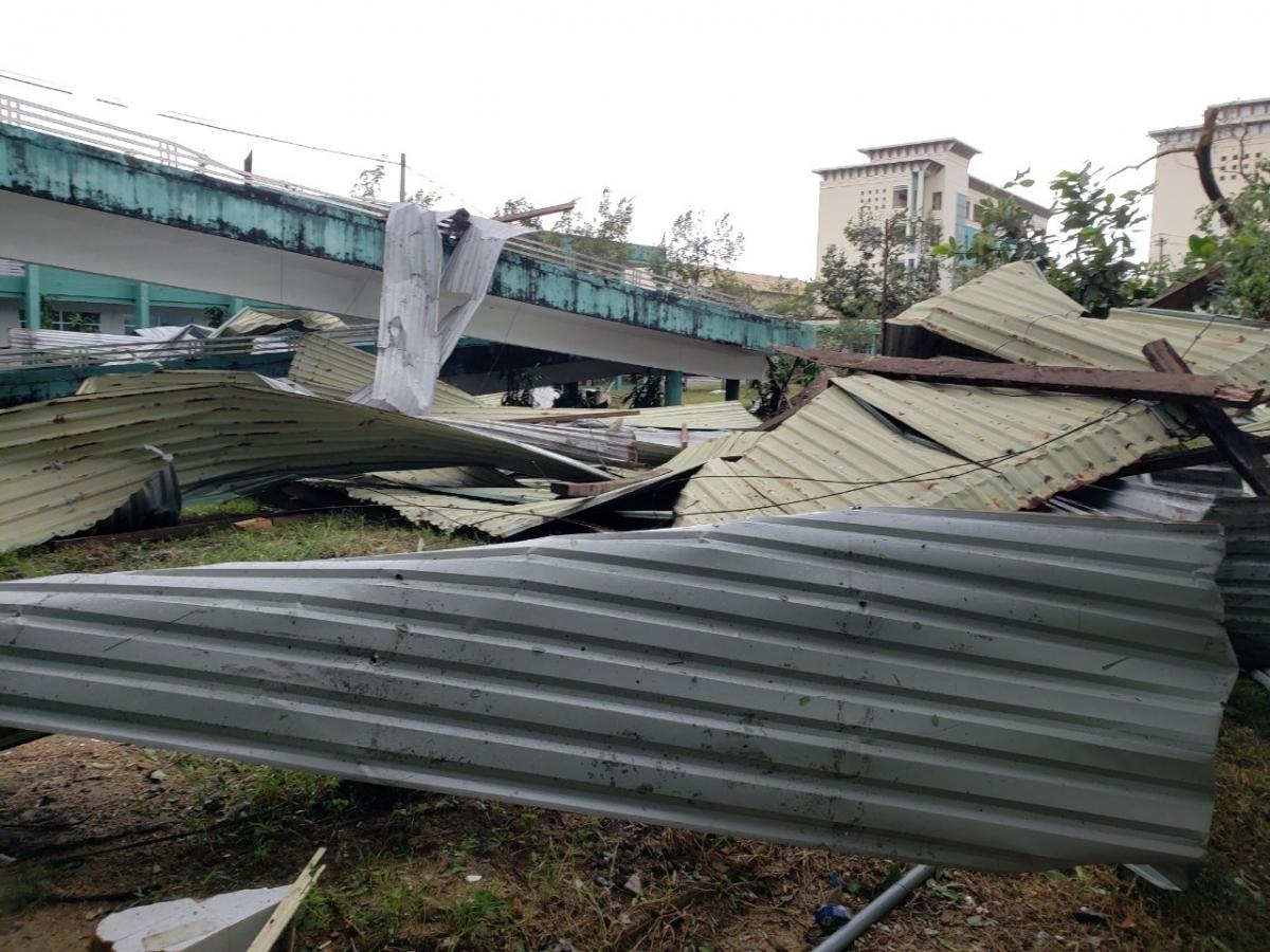 Cảnh tượng tan hoang tại Bệnh viện Đa khoa tỉnh Quảng Nam sau khi bão đi qua.