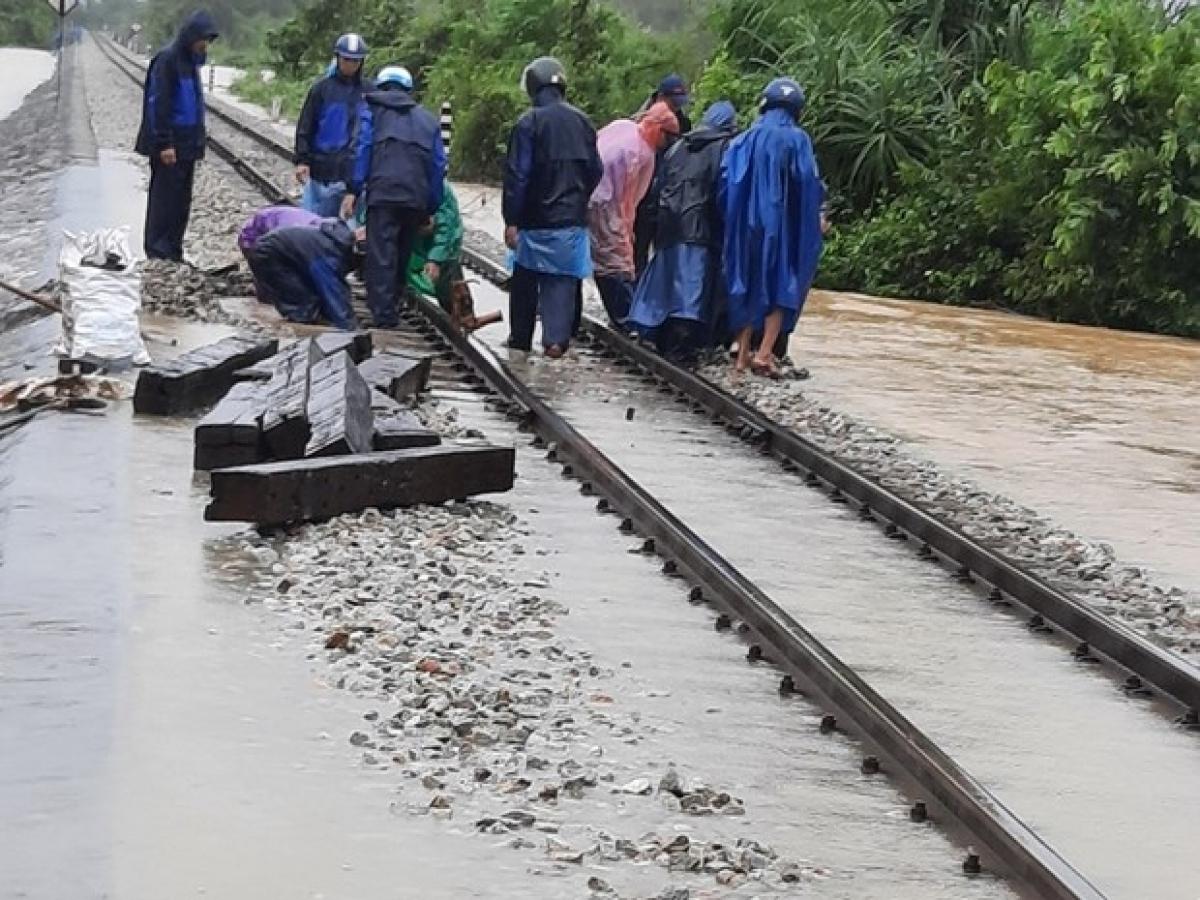 Đường sắt Bắc - Nam qua miền Trung tạm thông đường, chạy lại một đôi tàu giữa Hà Nội - Sài Gòn. Ảnh: Đường sắt tập trung cứu chữa, khắc phục các điểm bị xói lở do mưa lũ.
