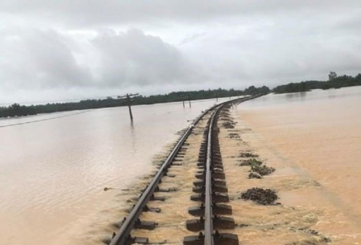Ngành Đường sắt tạm dừng tàu Thống nhất đi Vinh - Huế vì mưa lũ, ách tắcđường sắtBắc - Nam.