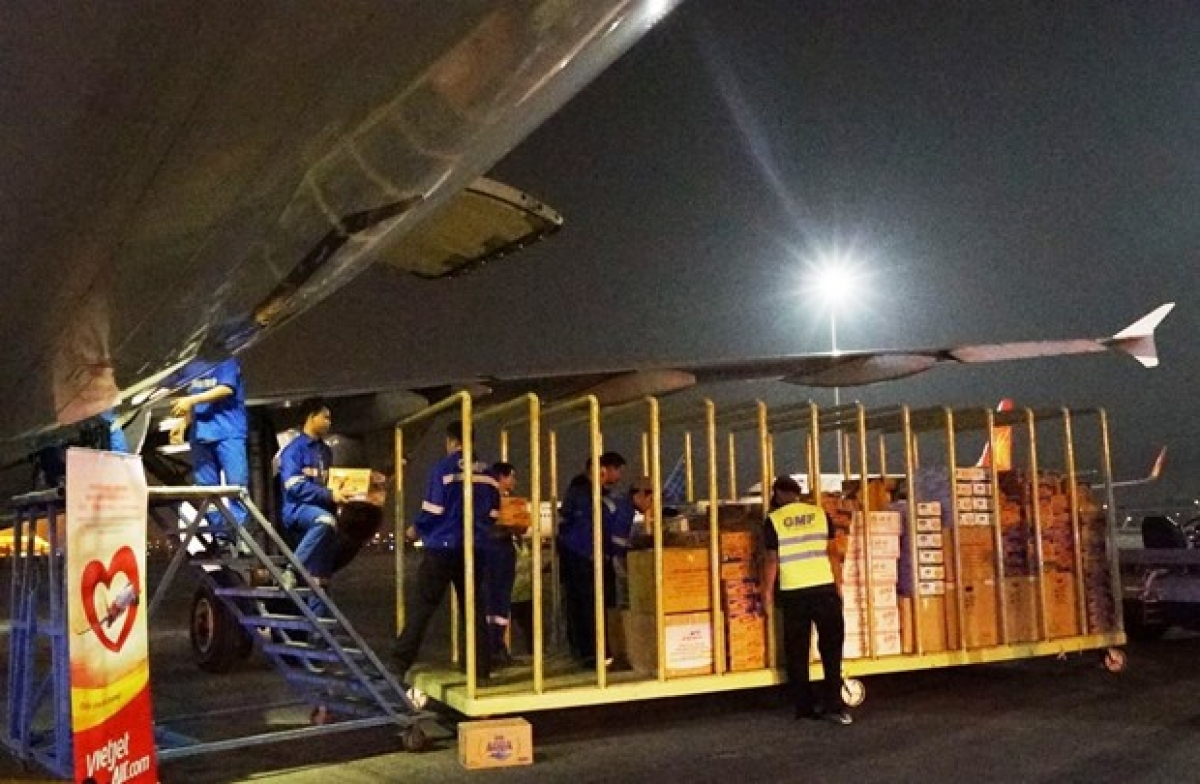 Các hãng hàng không sẽ vận chuyển miễn phí hàng hoá cứu trợ tới vùng lũ miền Trung.