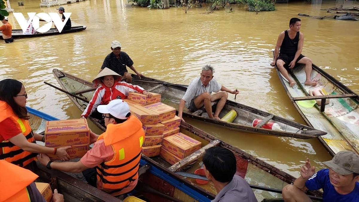 Người dân vùng lũ miền Trung đang gồng mình chống chọi với sự tàn phá của thiên tai và cần sự chung tay giúp đỡ.