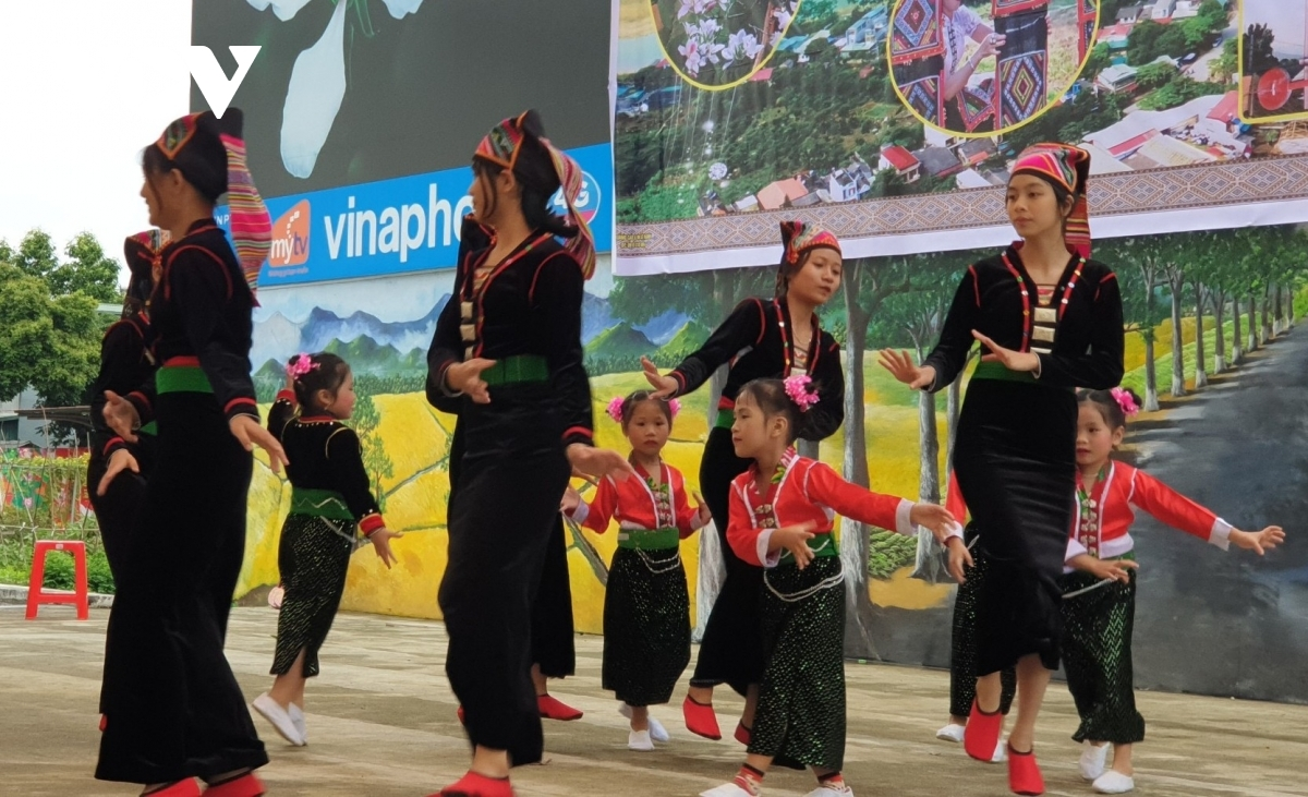 Children learn traditional dances of their ethnic groups, including Xoe – a famous dance of the Thais in the north-western region of Vietnam.