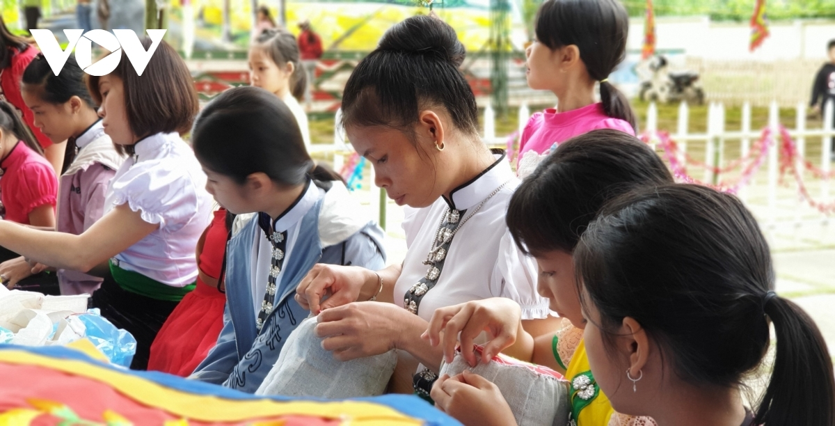 Girls practice their embroidery skills in order to produce beautiful brocade items.