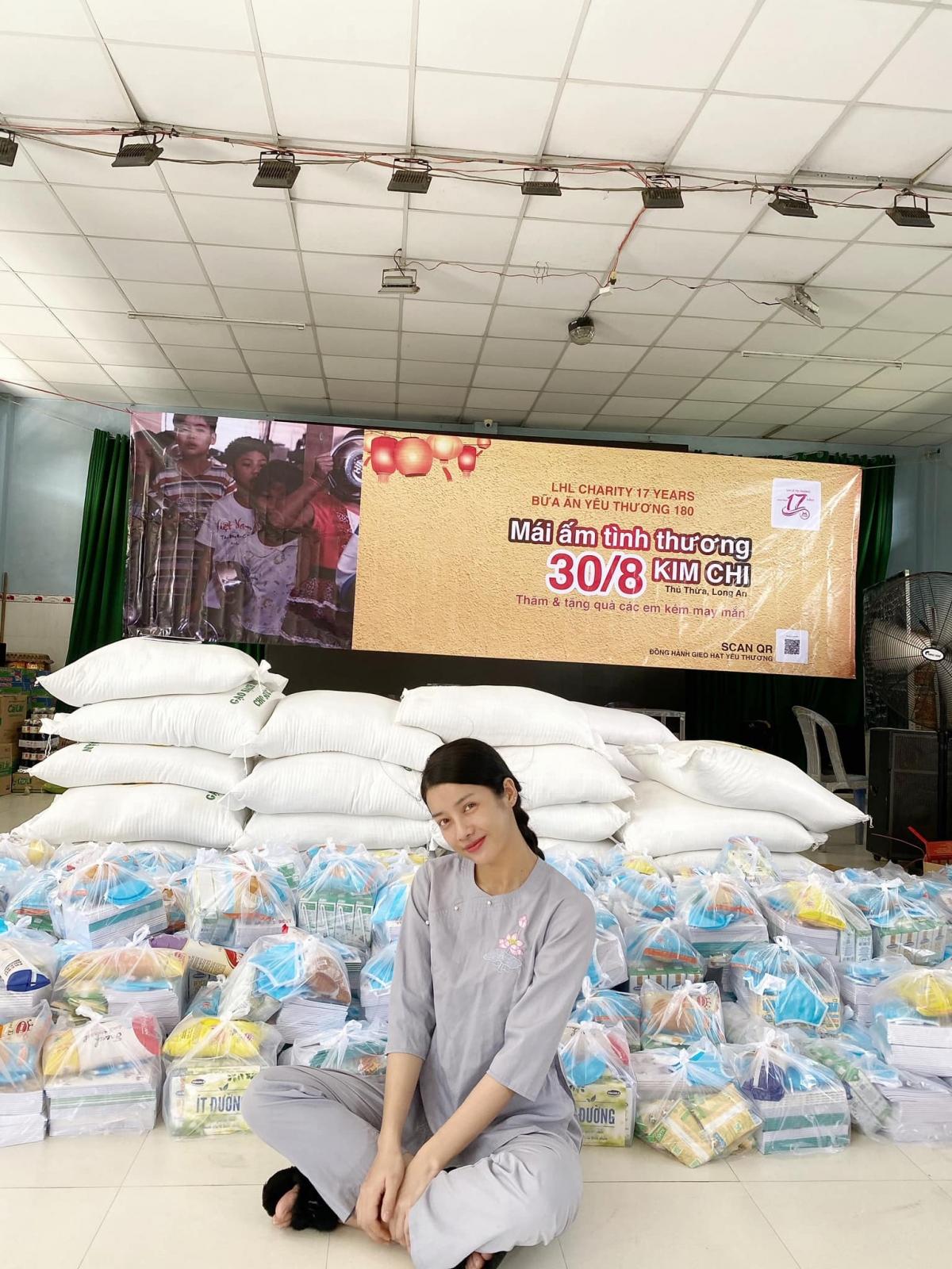 Mỹ Duyên tham gia chương trình Bữa ăn yêu thương tại Mái ấm tình thương Kim Chi (Long An).