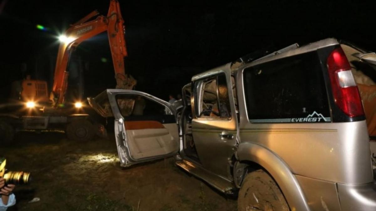 Chiếc xe ô tô sau khi va chạm với xe máy đã đâm bay lan can cầu rồi lao xuống sông. Hậu quả 2 người đi trên xe máy và 3 người đi trên ô tô tử vong.