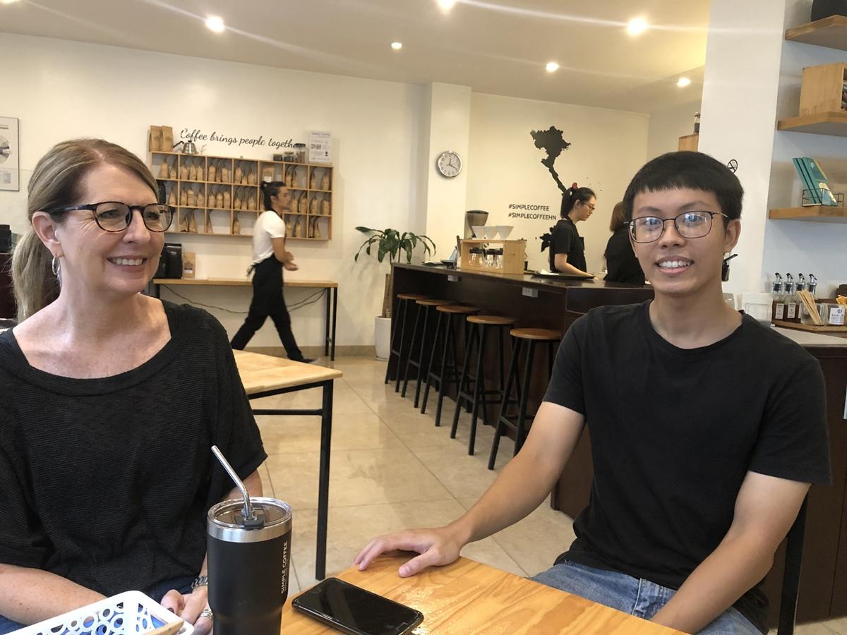 Julie Schumacher (trái) và Nam đều rất hào hứng khi kể chuyện về Hoàng