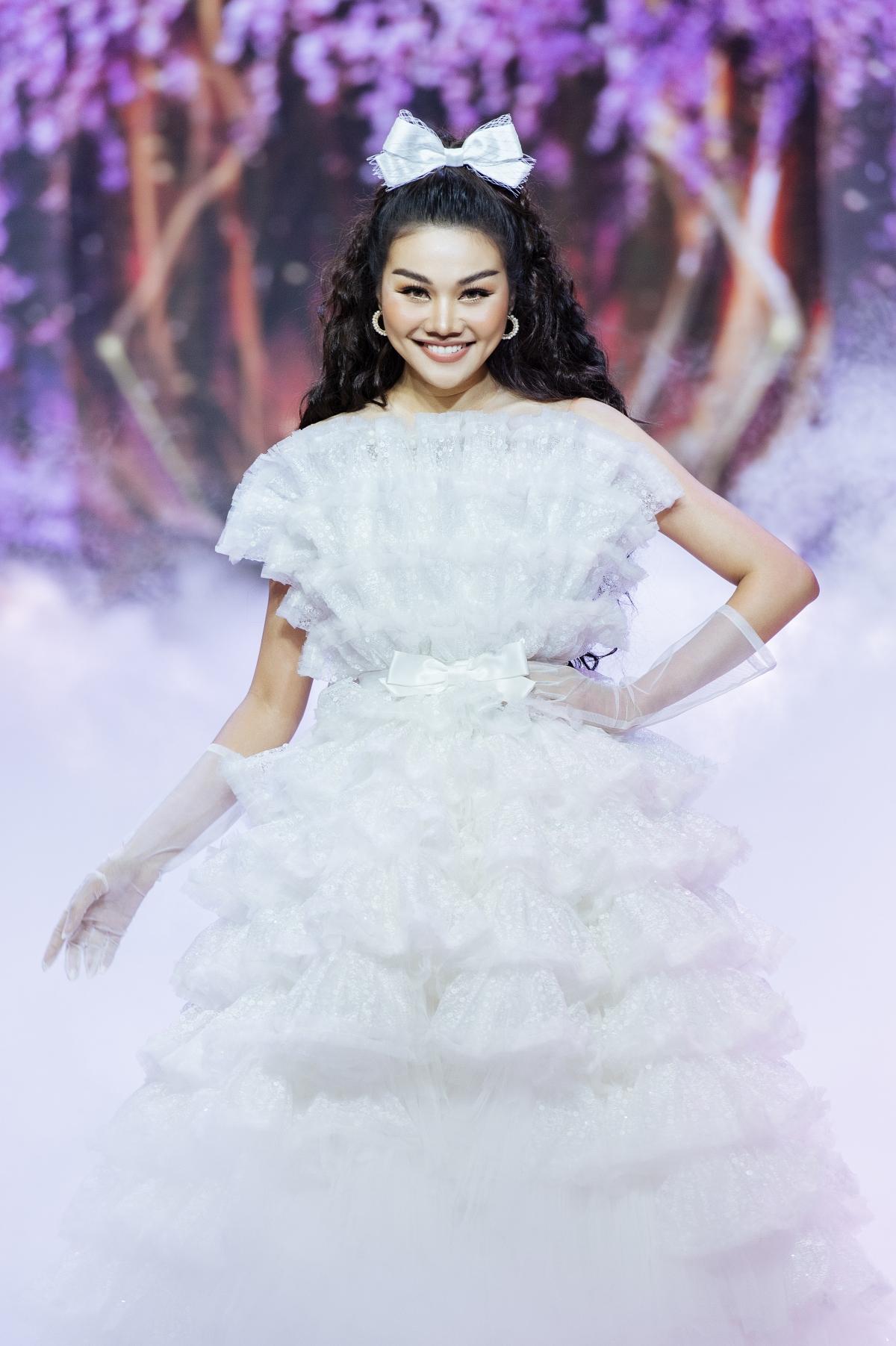 Đầm trắng được may từ 1.000 m vải trong 1 tháng và nặng15 kg.