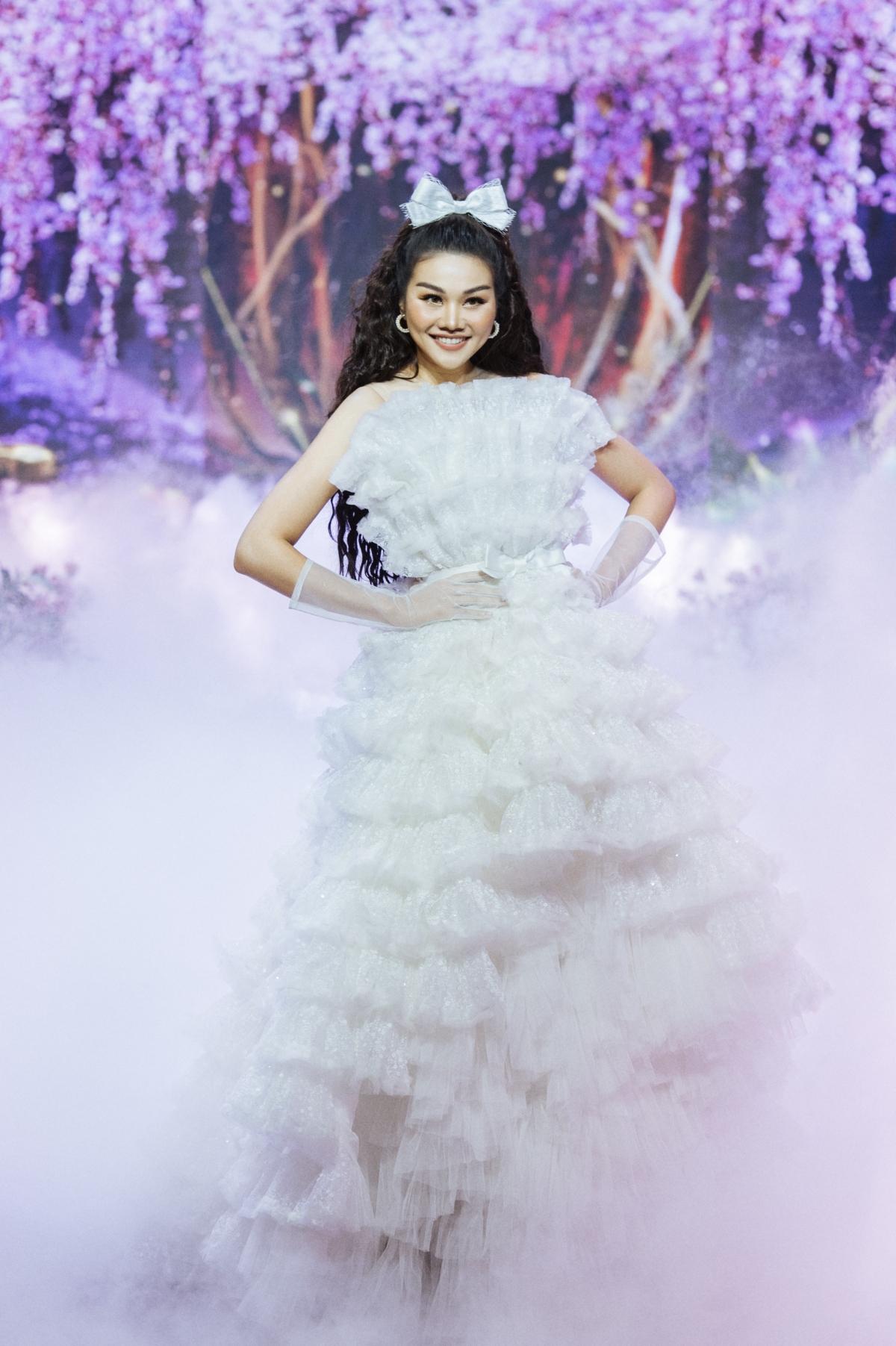 Khác với vẻ lạnh lùng thường thấy của Thanh Hằng trên các sàn diễn, siêu mẫulần này mang đến hình ảnh ngọt ngào hơn.