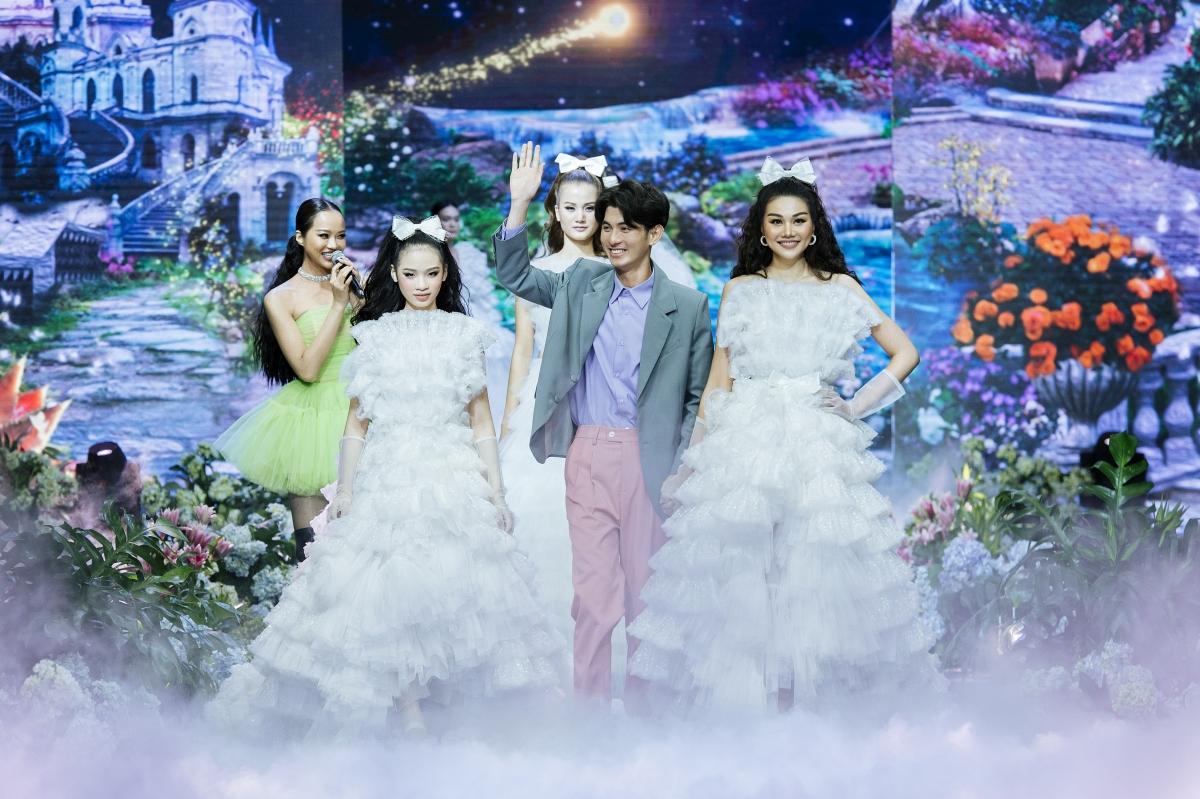 """Siêu mẫu Thanh Hằng đảm nhận vị trí vedette trong show thời trang """"The Princess"""" của NTK Nguyễn Minh Công tối 15/10."""