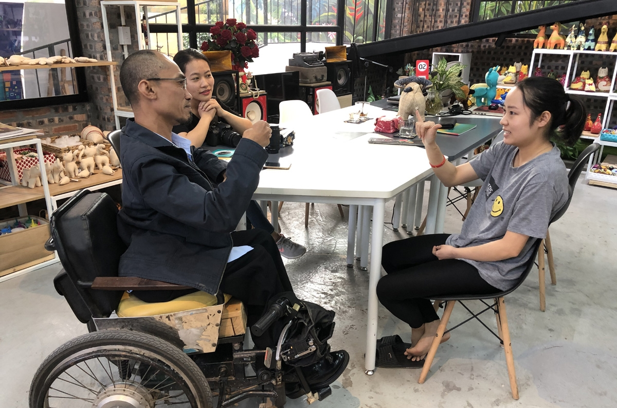 Trò chuyện với chúng tôi qua sự phiên dịch của anh Phạm Việt Hoài, cô gái khiếm thính tên là Huế, quê ở Mỹ Đức (Hà Nội) kể rằng quê cô gần chùa Hương, cô rất thích được làm việc ở Kym Việt