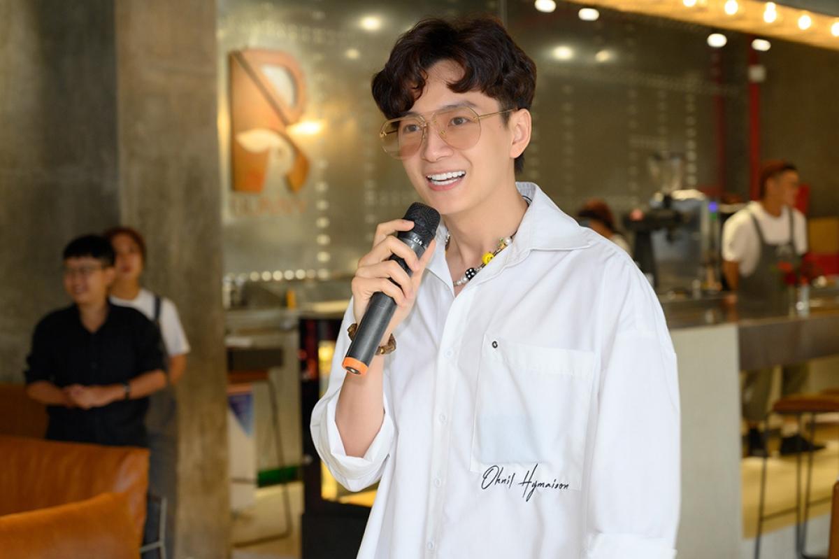 Nam ca sĩ Ngô Kiến Huy.