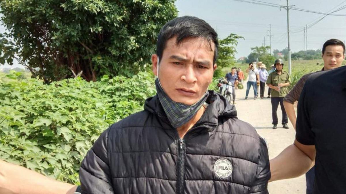 Đối tượng Trung bị dẫn giải đến hiện trường vụ án