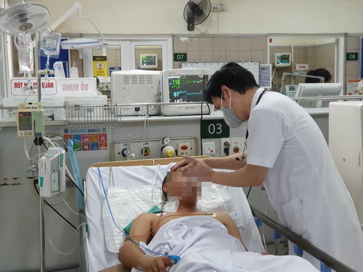 TS.BS Nguyễn Tiến Dũng - Trung tâm Chống độc thăm khám cho một bệnh nhân ngộ độc methanol. (Ảnh: BVCC)