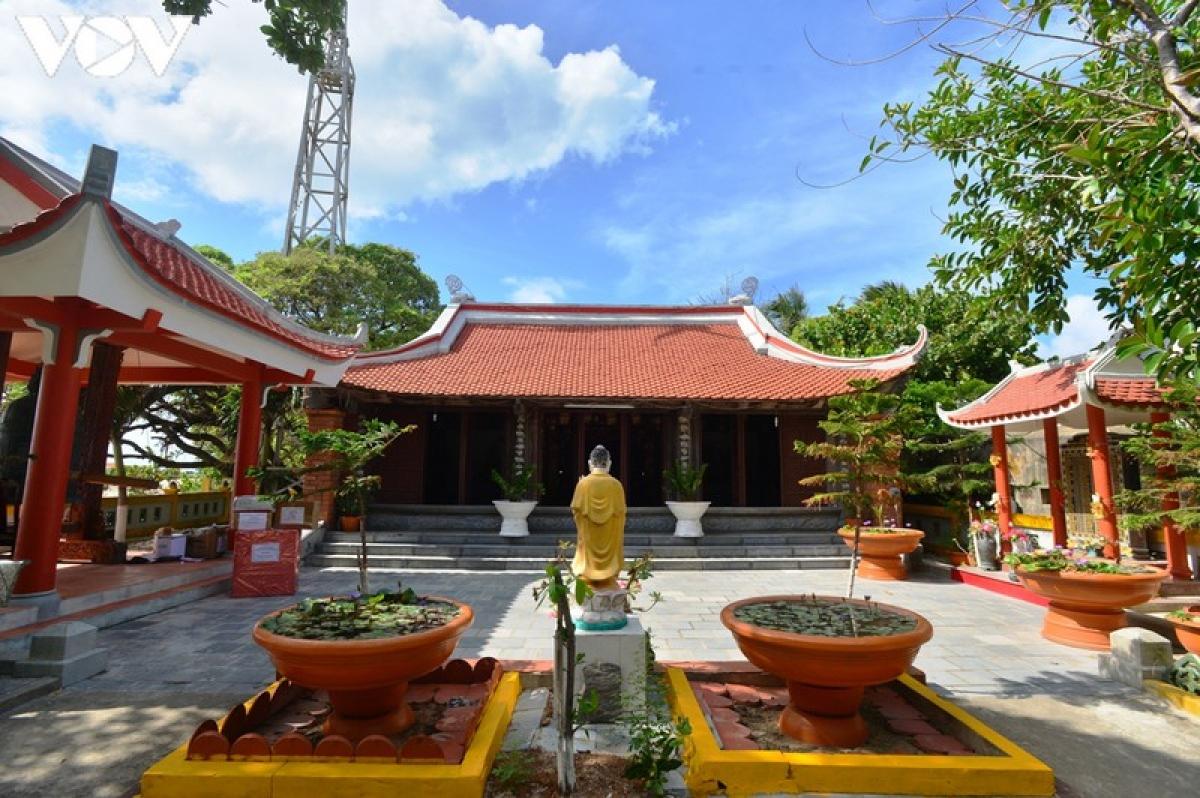 Ngôi chùa trên đảo Sinh Tồn.