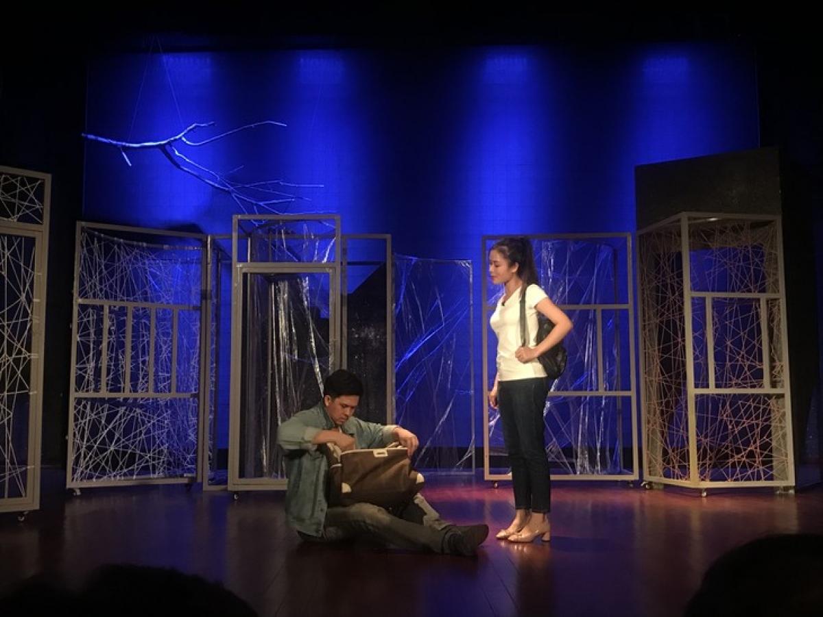 Một cảnh trong vở Người tốt nhà số 5 do đạo diễn NSUT Tạ Tuấn Minh dàn dựng.