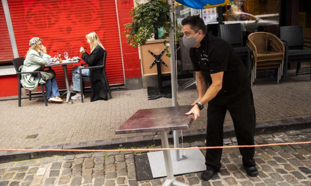 Một nhà hàng tại Bỉ phải đóng cửa vì Covid-19. Ảnh: Le Soir