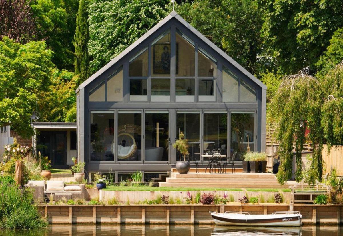 Baca Architects đã thiết kế Ngôi nhà lưỡng cư (Amphibious House) ở Buckinghamshire, Anh có khả năng chống lũ, không bị hư hại do nước. (Ảnh: inhabitat.com)