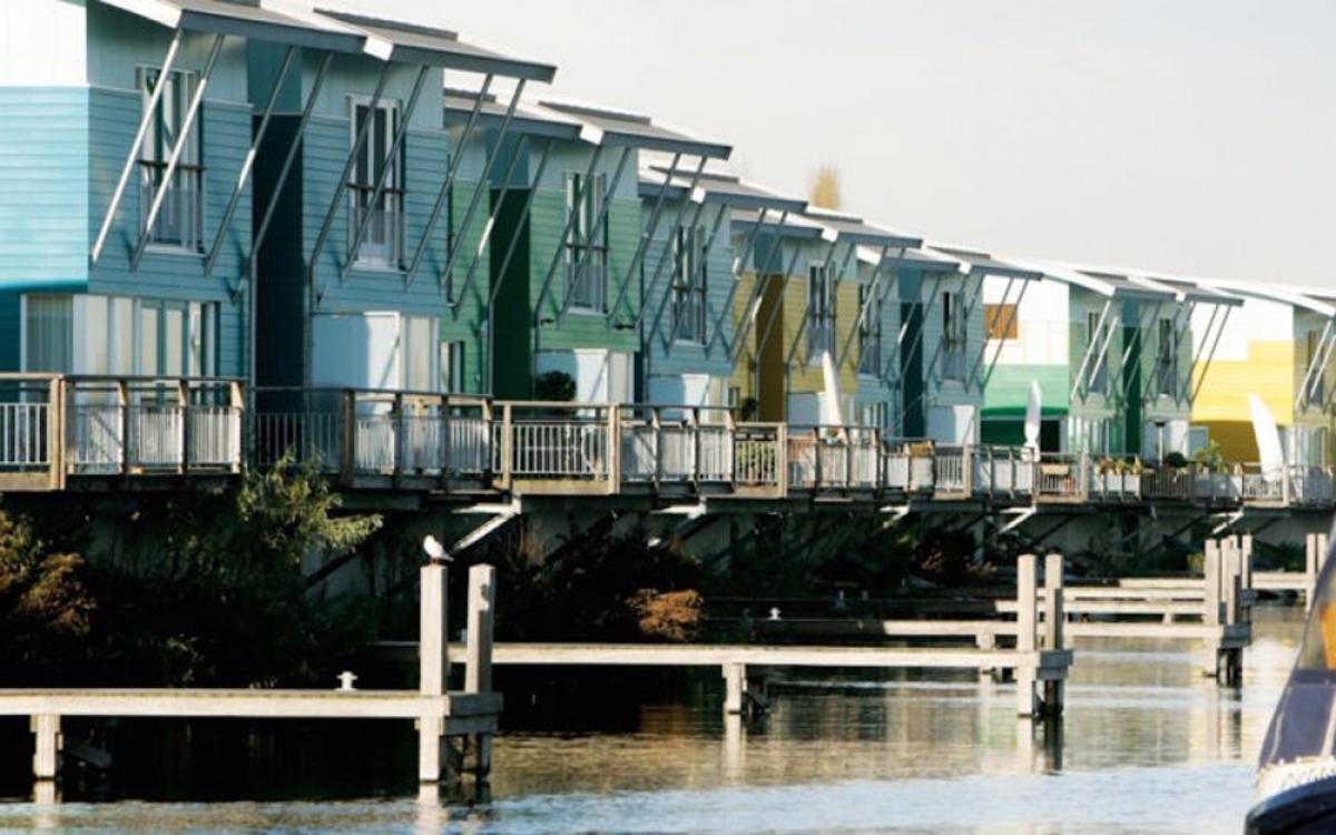 Hà Lan là quê hương của các công trình kiến trúc nhà nổi với địa hình trũng. Các ngôi nhà nổi được gắn chặt vào các trụ neo linh hoạt và nằm yên trên nền bê tông. Nếu mực nước sông dâng cao, chúng có thể di chuyển lên trên và trôi. (Ảnh: inhabitat.com)