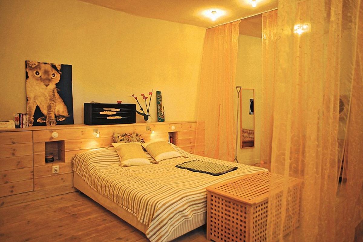 Khu vực ngủ sử dụng chất liệu gỗ giản dị, ấm áp.
