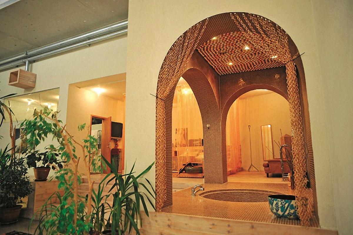Phòng tắm mở ra bốn phía bằng những vòm cuốn.