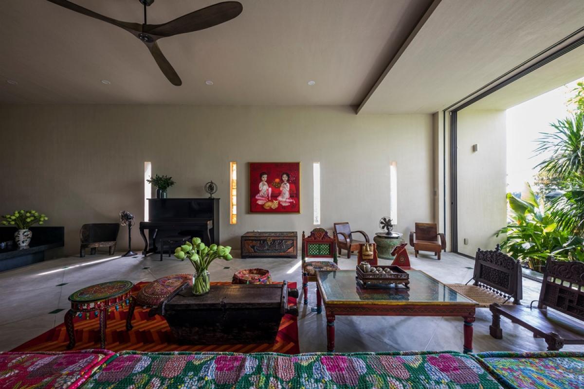 Trái ngược với phong cách kiến trúc hiện đại và đơn giản, đồ đạc nội thất trong nhà lại có sắc thái cổ điển – dân tộc, mang dấu ấn nhiều nền văn hóa.
