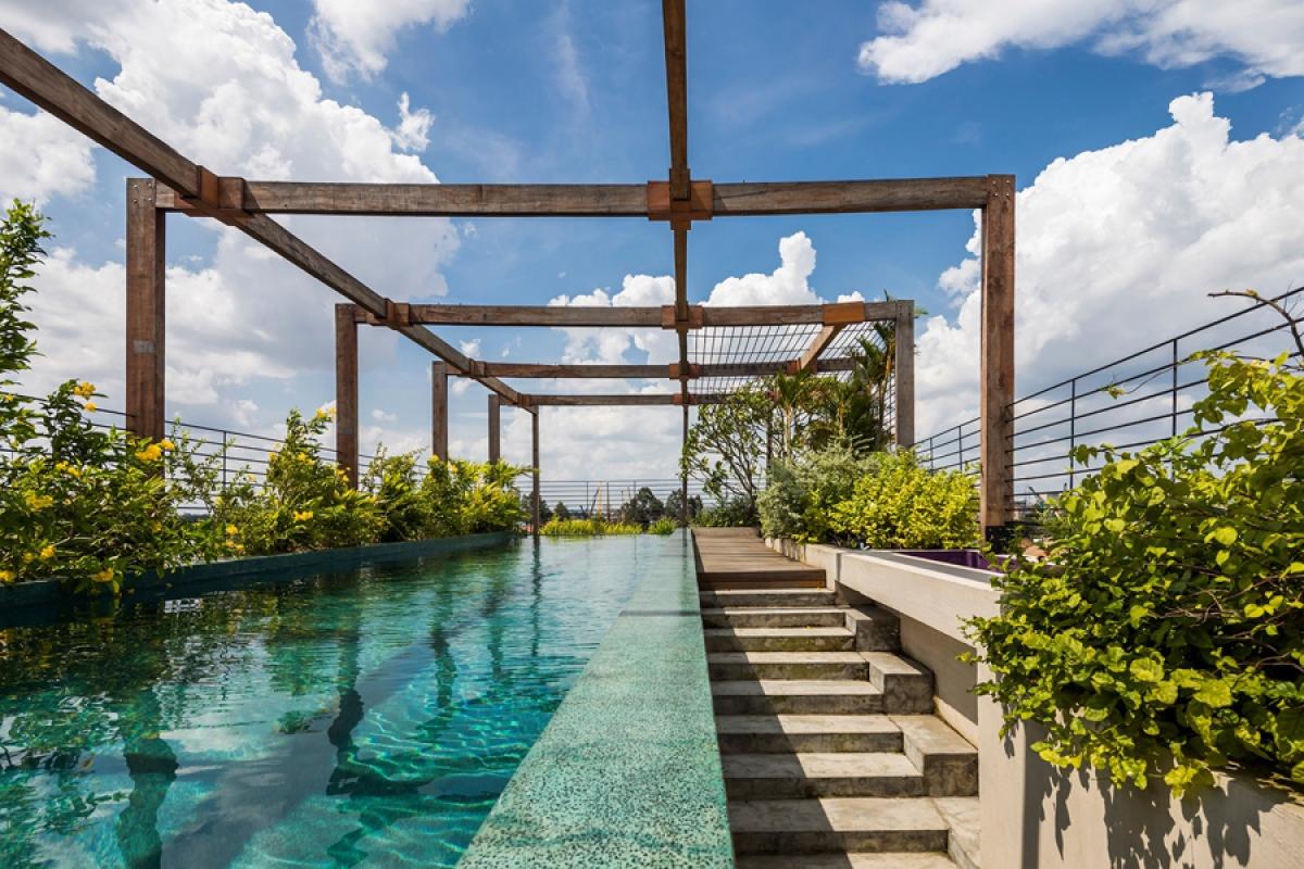 Sân thượng được thiết kế như một công viên với bể bơi xanh mát.