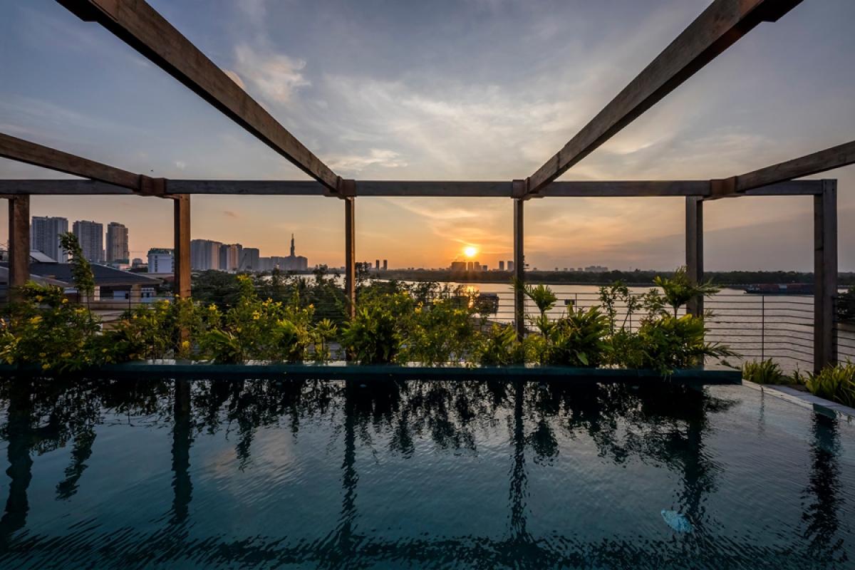 Từ trên sân thượng có thể ngắm được cảnh hoàng hôn lặn trên sông với không gian khoáng đạt và lãng mạn./.