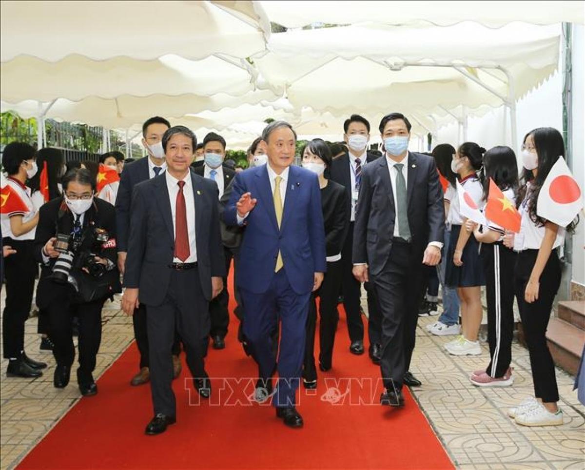 Thủ tướng Nhật Bản Suga Yoshihide đến Trường Đại học Việt - Nhật. Ảnh: Doãn Tấn/TTXVN