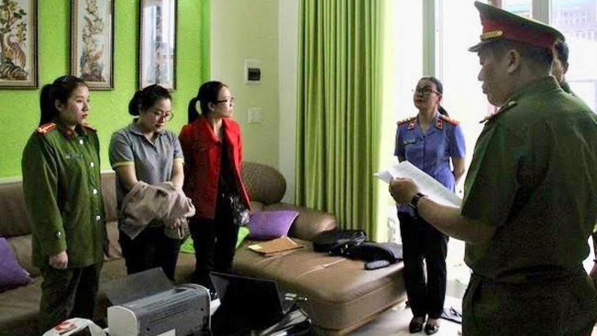 Cơ quan công an đọc lệnh bắt Nguyễn Thị Huyền Trang (áo xám)