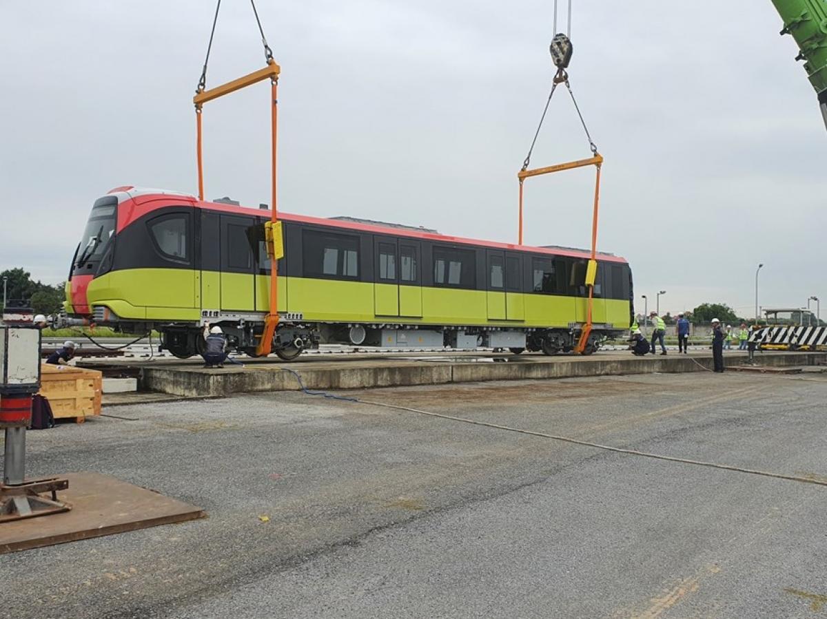 Ban Quản lý đường sắt đô thị Hà Nội cho biết, dự kiến phải đến nửa cuối năm 2021 mới có thể khai thác thương mại đoạn trên cao, từ Nhổn - ga S8 (Đại học GTVT, Cầu Giấy).