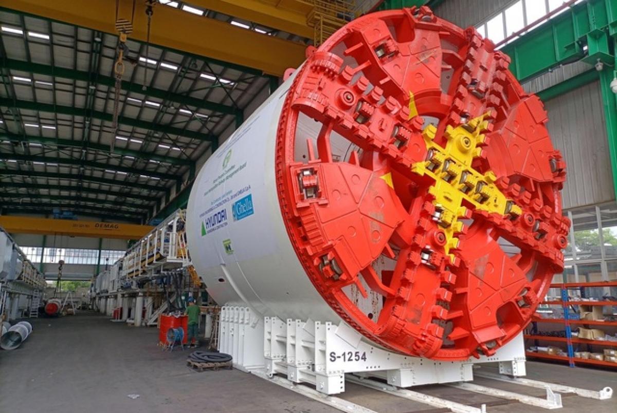 """Máy TBM cao và rộng là 6,6 m, dài khoảng 100 m (gồm cả các hệ thống phụ trợ), được coi là """"quái vật"""" đào các tuyến đường hầm đường sắt đô thị và sẽ thực hiệnđào đoạn ngầm dài 4,5 km đường sắt Nhổn - ga Hà Nội."""