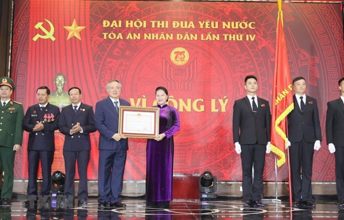 National Assembly Chairwoman Nguyen Thi Kim Nganpresents a first-class Independence Order to the Supreme People'sCourt (Photo: VNA)