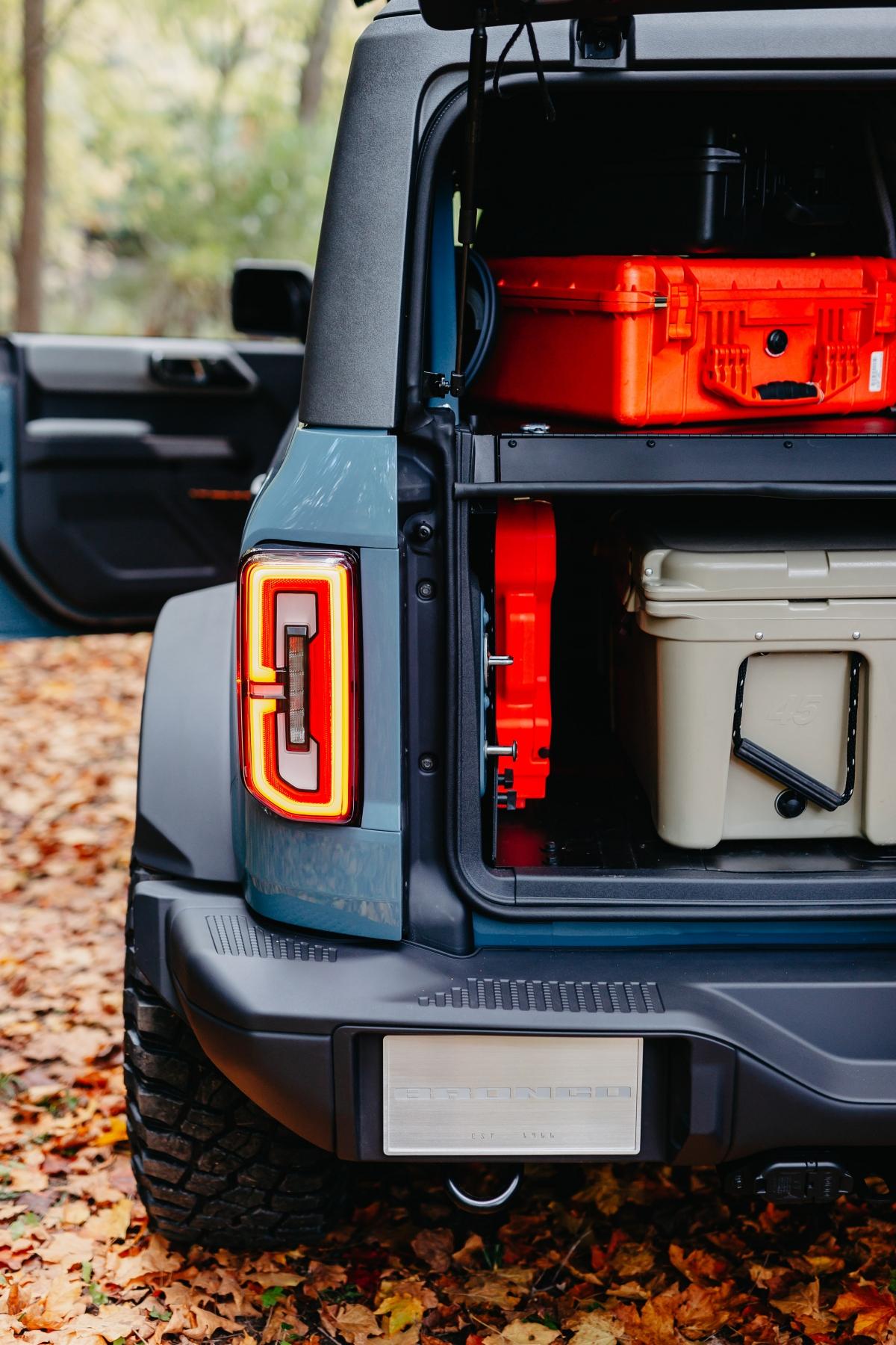 """Xe có được hệ thống treo """"High-Performance Off-road Stability Suspension System"""" (H.O.S.S) với bộ giảm chấn Bilstein. Mâm xe Turbomatic bed-lock kích thước 17 inch và lốp BFGoodrich địa hình bùn kích thước 35 inch."""
