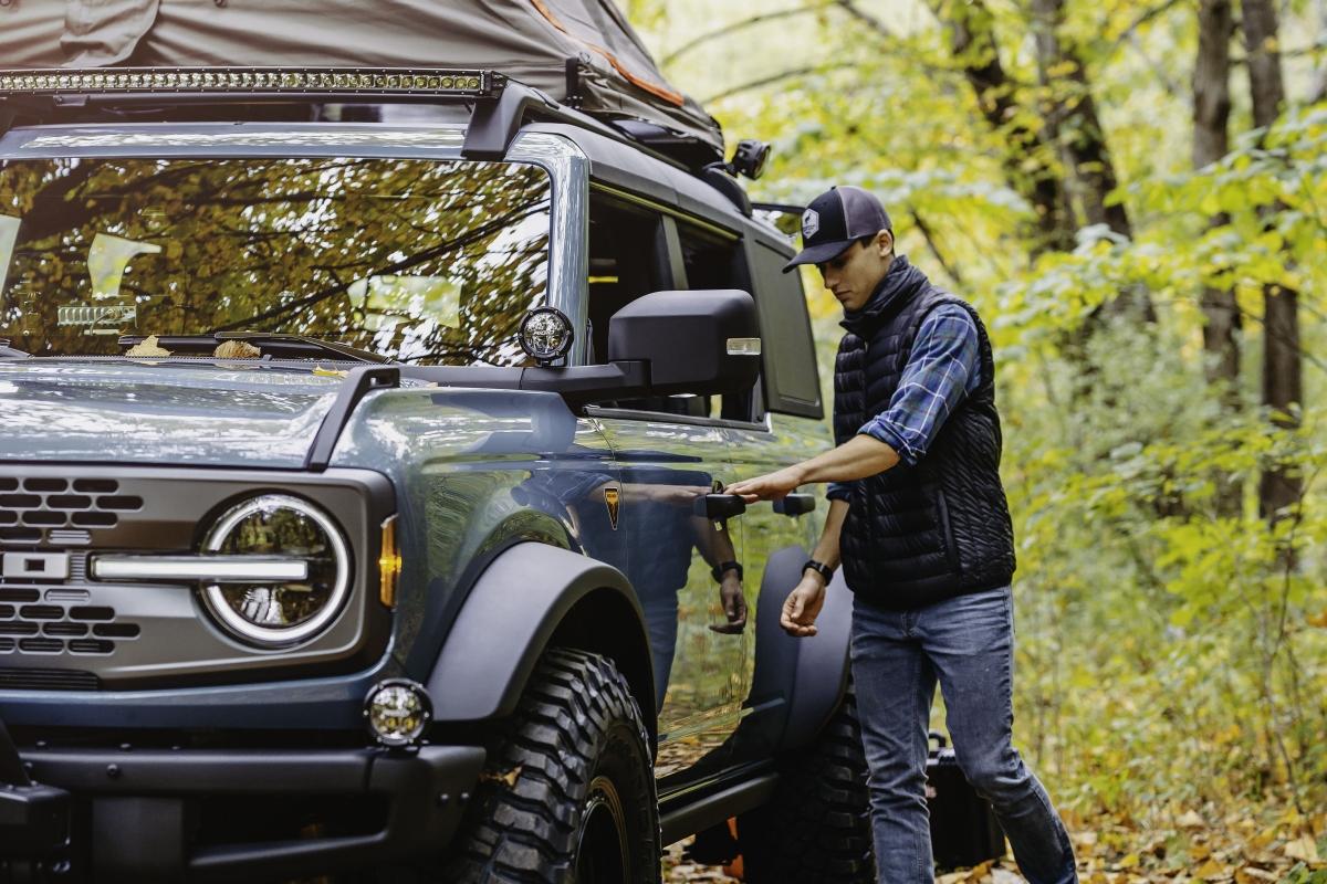 Bên trong khoang hành lý, Ford mang đến cho mẫu xe này bộ tủ lạnh ARB với ngăn kéo giúp người dùng có thể dễ dàng lấy đồ cũng như chất đồ. Cùng với tủ lạnh này, một số các trang bị khác như bộ dụng cụ nhà bếp, bếp lò, bàn ăn và ghế cũng được xếp gọi trong khoang hành lý, giúp khách hàng có thể sử dụng chiếc xe thuận tiện nhất ở nơi cắm trại trong thời gian dài.