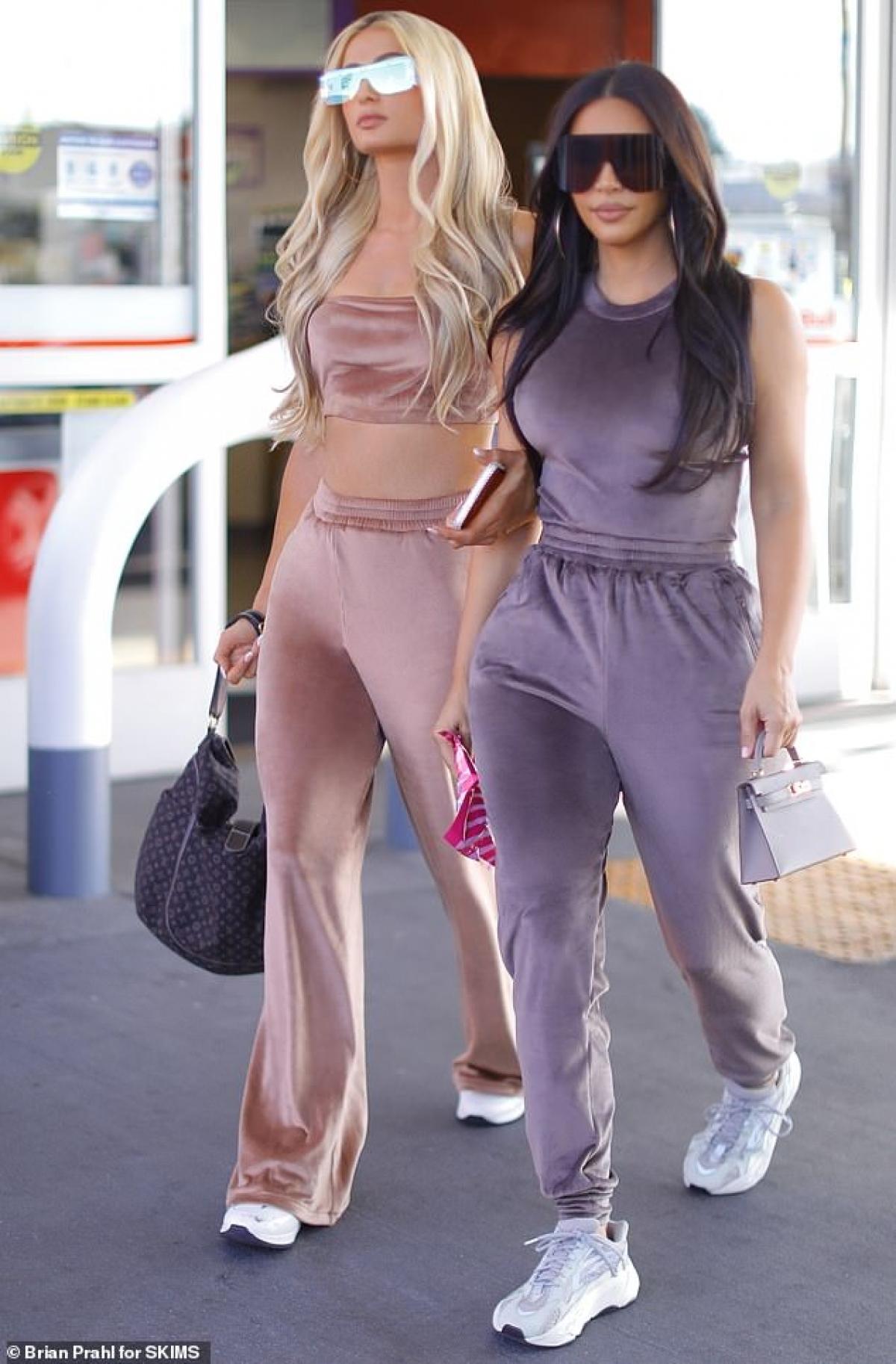 Kim Kardashian và Paris Hilton gây chú ý khi xuất hiện trên đường phố Los Angeles, Mỹ ngày 15/10 vừa qua.