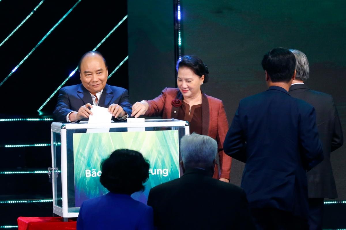 Tại chương trình Thủ tướng Nguyễn Xuân Phúc, Chủ tịch Quốc hội Nguyễn Thị Kim Ngân cùng lãnh đạo, nguyên lãnh đạo Đảng, Nhà nước đã ủng hộ nhân dân miền Trung, Tây Nguyên bị ảnh hưởng bão lũ.