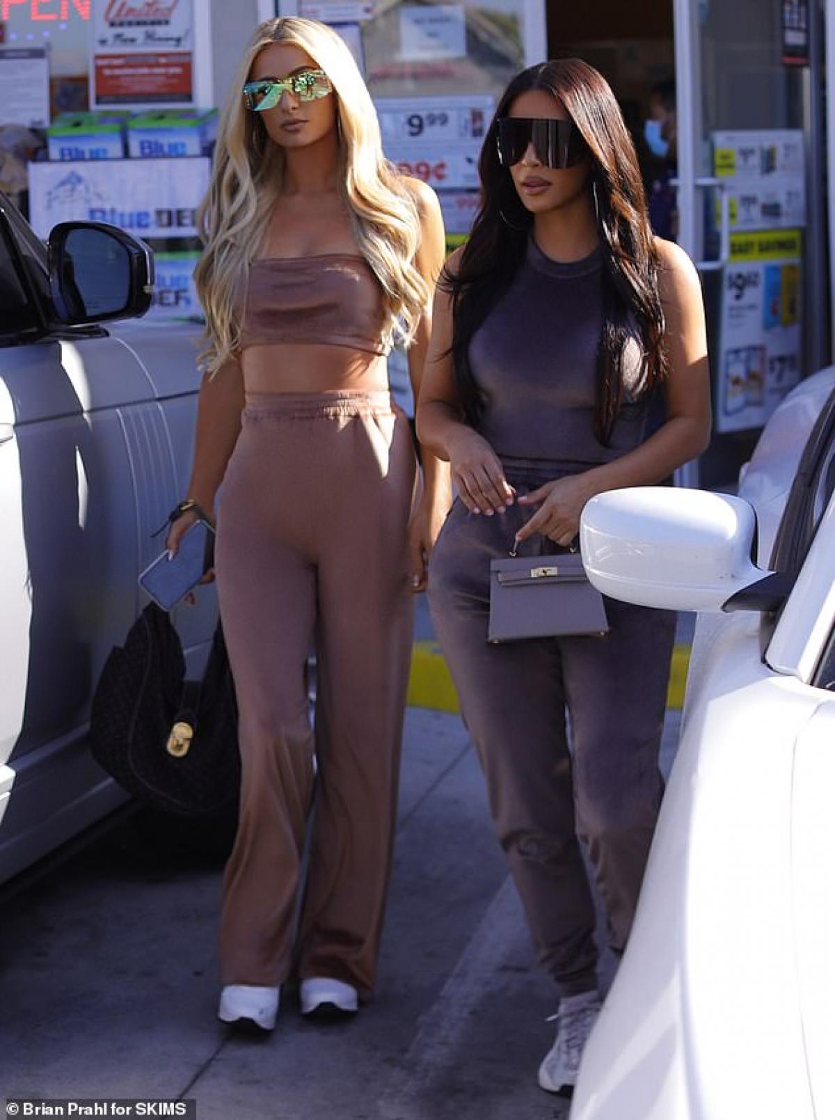 Cả hai cùng diện đồ sang chảnh trong bộ sưu tập mới SKIMS của Kim Kardashian khi ra phố.