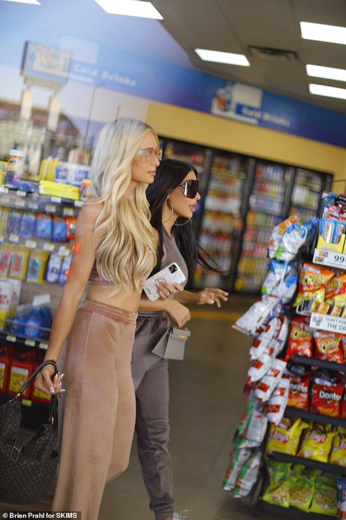 Paris Hilton sành điệu với quần thể thao, áo crop-top trong khi Kim Kardashian mặc bó sát khoe đường cong nóng bỏng.