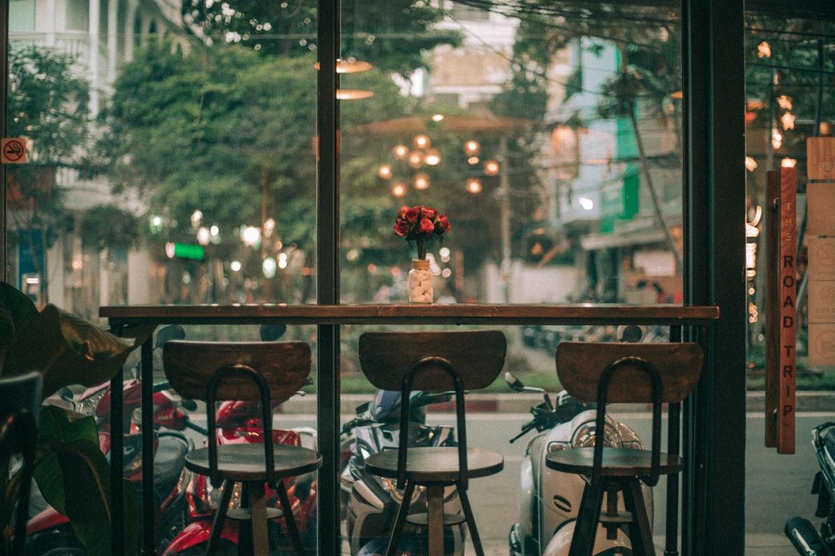 Nhâm nhi cà phê và trò chuyện với mọi người cũng là lựa chọn không tồi khi đi du lịch gặp mưa bão.