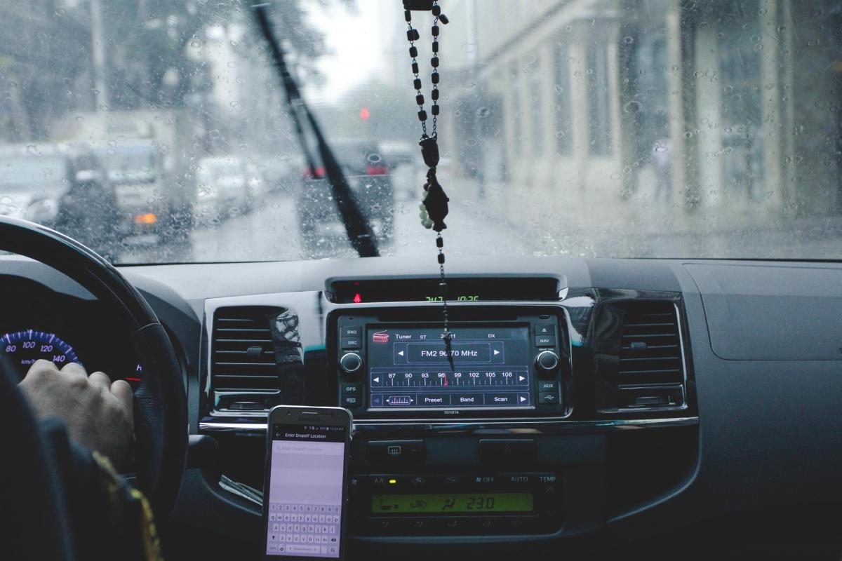 Cho dù là ôtô hay xe máy, khi di chuyển trong trời mưa bão hãy luôn nhớ phải tuân theo luật giao thông.