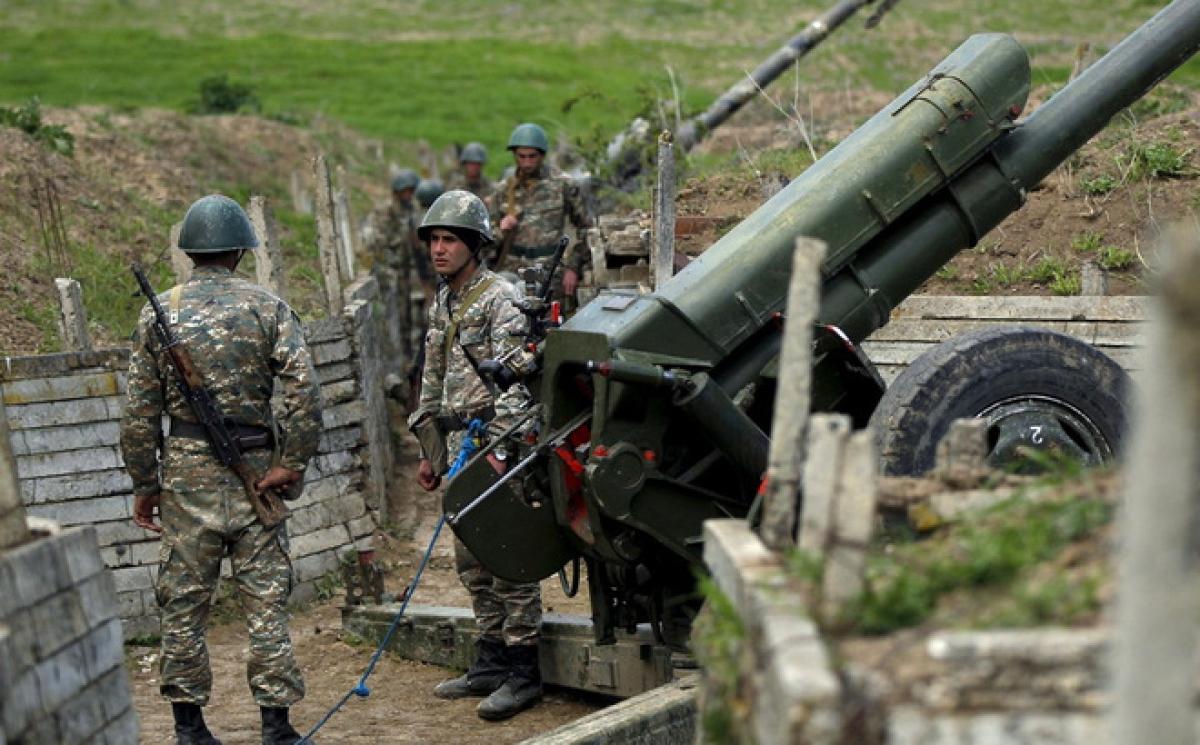 Vũ khí hạng nặng được triển khai tại khu vực biên giới tranh chấp Nagorno-Karabakh. Ảnh: RT