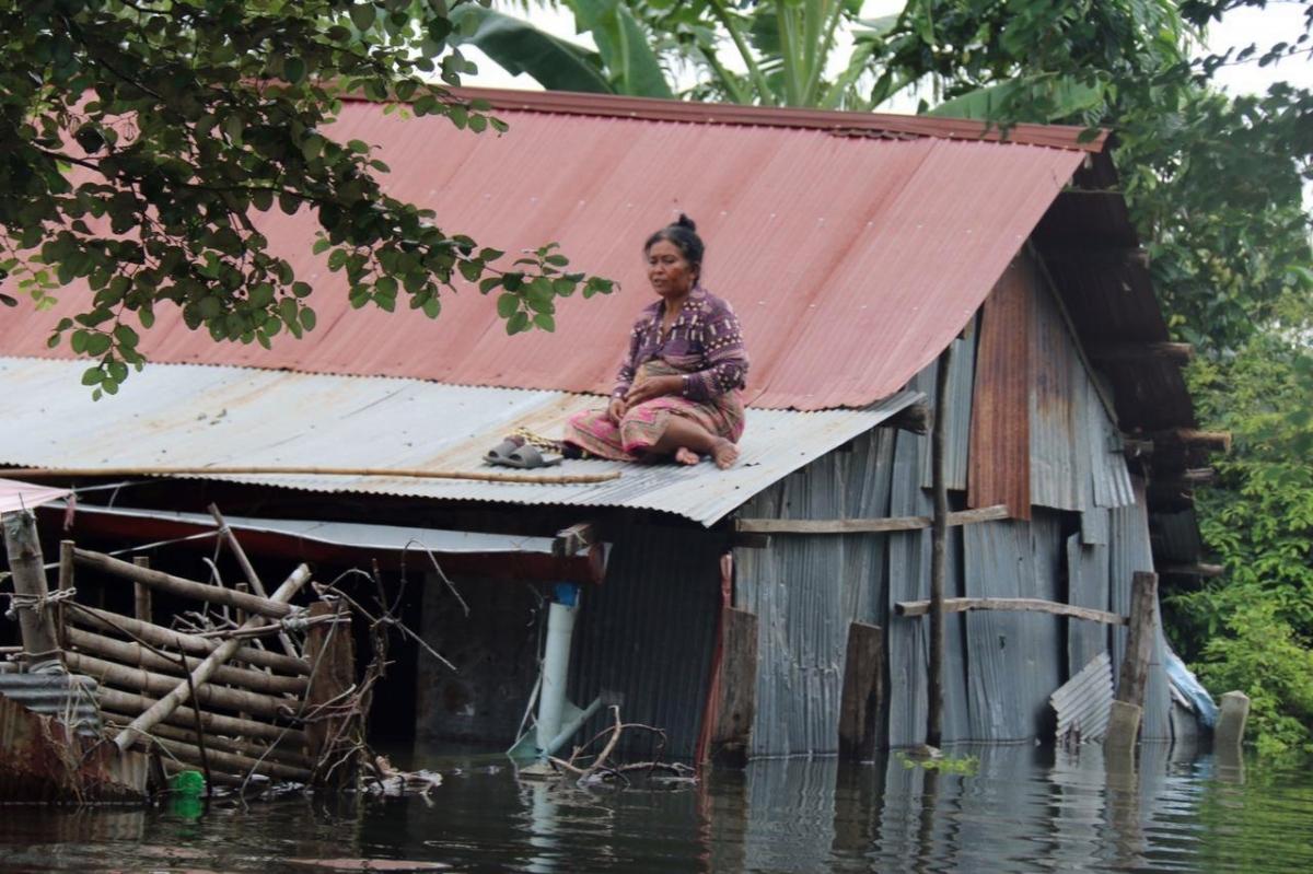 Nước lũ dâng cao gây ảnh hưởng nghiêm trọng đến đời sống người dân.